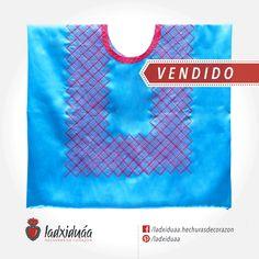 Huipil sencillo azul, con tejido de cadenilla en hilos fucsia y rosa.