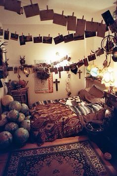 Boho idea for your bedroom with polaroids, maps, globe, carpet
