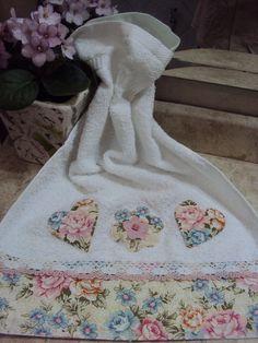 Explore Costura com Arte . Dish Towels, Hand Towels, Tea Towels, Fabric Crafts, Sewing Crafts, Sewing Projects, Decorative Towels, Bathroom Towels, Mug Rugs
