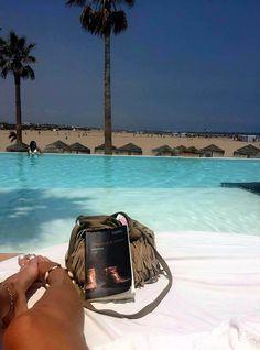 uitgeverijhulde'Slapen op je tenen' op reis. Nu gesignaleerd met Lotte Heijerman in de Spaanse zon aan het zwembad in Valencia. We zijn benieuwd naar de volgende bestemming #slapenopjetenen #henkgodthelp #auteur #roman #fotografie #literatuur #uitgever #uitgeverijhulde #hulde #huldehenk #amstelveen #vriendschap #filosofie #vreugde #wereldkaart #vakantieboeken #vakantiefoto #vakantie #zomer #zomerboek #zon #zee #reis #valencia @chris_godthelp_kortink @lottesophieanne