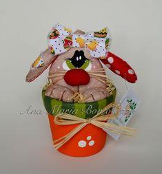 Coelhinho confeccionado em tecido de algodão dentro de um vasinho de barro pintado com tinta acrílica e protegido com verniz. Pinturas feitas à mão. Produto costurado e colado. R$ 25,36