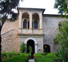 Francesco Petrarca racconta Arquà,  un paese splendido, tranquillo e romantico. E' un luogo facile da raggiungere e io ne sono rimasta incantata.Splendida anche la spiegazione dell'Uomo-Poeta Petrarca che lo dispiega quale uomo moderno e vivace. La campagna veneta dei Colli Euganei, poi, è incantevole.