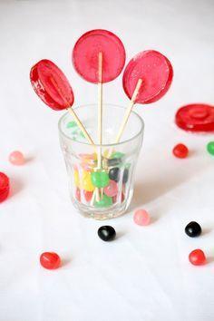 Ingrédients (8 sucettes) :  150 g de sucre 1 c.s. d'eau 3 c.s. de sirop de…