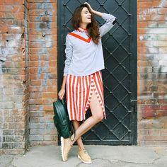 Thursday casual: платье из 100% хлопка и свитшот с нашивками из коллекции #medeainlove. По всем вопросам обращайтесь в Директ или по почте, указанной в профиле. Ph.: @loft28 #medeamarisstudio #medemaris #medeainlove
