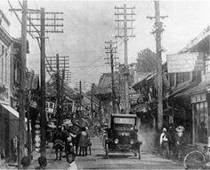 大正元年の横浜元町3丁目辺り。明治維新から外国人向け商店街として栄えた。奥はかつて1丁目の増徳寺 Taisho Period, Taisho Era, All About Japan, Old Photography, Yokohama, Vintage Photos, 1920s, Past, Roman
