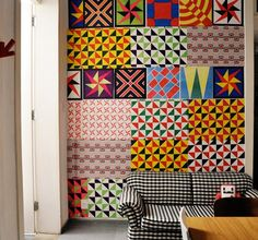 papel de pipa na parede!  barato e bonito  http://www.dcoracao.com/2012/10/desafio-de-blogueiras-decorar-parede.html