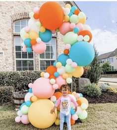 Quarantine birthdays, but make it POPPIN'! 🎉 We're here to make your drive-by birthday parades a little more bright ✨ Girl First Birthday, Baby Birthday, First Birthday Parties, Birthday Party Themes, Themed Parties, Birthday Balloon Decorations, Birthday Balloons, Ideas Decoracion Cumpleaños, Deco Ballon