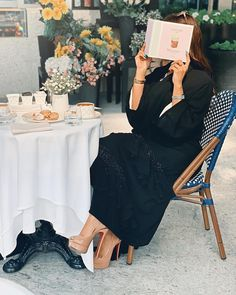 Pakistani Gharara, Black Abaya, Beautiful Henna Designs, Abaya Designs, Arab Women, Abaya Fashion, Nude Heels, Aesthetic Girl, Lace Skirt