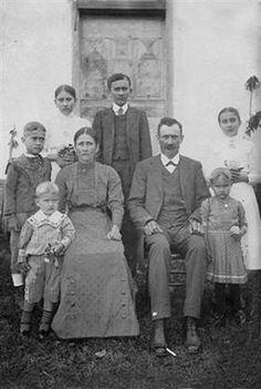bisavós Jorge Berlitz e Guilhermina Hennemann com os filhos Pedro, Vicente (vô), Aloysio, João, Carolina, Maria Paulina e Maria Clementina em Dois Irmãos (1910)