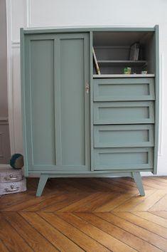 La commode-penderie 50' d'Eliott Un côté tiroir, un côté penderie et une jolie niche pour exposer livres et petites trouvailles. Pieds ...