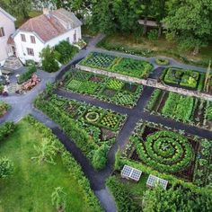 What's the Difference Between a Kitchen Garden and a Regular Vegetable Garden? - Just Dabbling Along - What's the Difference Between a Kitchen Garden and a Regular Vegetable Garden? - Just Dabbling Along Plan Potager, Potager Garden, Veg Garden, Vegetable Garden Design, Garden Types, Garden Cottage, Garden Art, Vegetable Gardening, Veggie Gardens