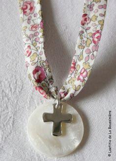 Collier de Première Communion sur ruban Liberty Eloïse rose
