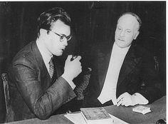 Godfried Bomans en Kees Verwey: 'Wij staren hier in bewondering naar van Deyssels boek'. Bron: Michel van der Plas (red.), Herinneringen aan Godfried Bomans, Amsterdam 1972, p. 234.