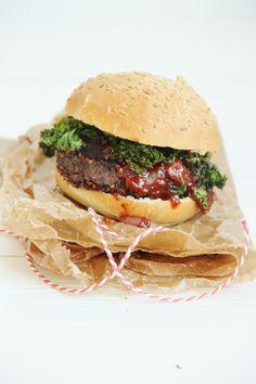 Veggie kerstburger van zwarte bonen en kastanjechampignons, bacon van boerenkool, veenbessenbarbecuesaus en pompoenfrietjes