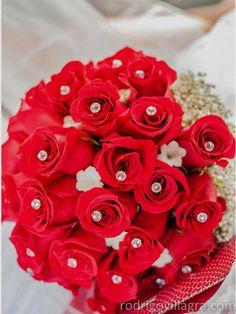 Ramo de novia rosas rojas con detalles en blanco. Diseño Flores y Piedras www.floresypiedras.cl (fotografia Rodrigo Villagra)