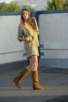 Chaleco de pelo, con vestido y botas de ante. www.amichi.es