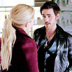 this. this is adorable. he follows her face #CaptainSwan ❤️
