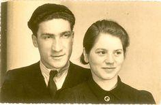 Dit zijn een joods man en vrouw. Zo hebben de ouders van Simon en Roos er misschien uitgezien. Ze zijn naar Auschwitz gebracht. De moeder heeft het overleefd. De vader is door de Duitsers vermoord.