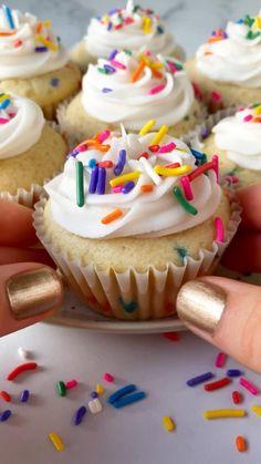 Cupcake Vegan, Vegan Cupcake Recipes, Vegan Vanilla Cupcakes, Vegan Baking Recipes, Vegan Desserts, Vegan Cake, Birthday Cupcakes, Diy Birthday Desserts, Birthday Sweets
