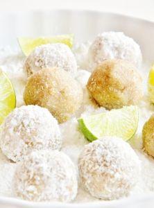 Svieža kombinácia kokosu a limetky, ktorá pripomína ďalekú exotiku. Ocitnite sa v exotickom raji aspoň nachvíľu. V ústach sa ihneď rozplynú ako lavína. Guľky sú nenáročné a rýchle na prípravu, ktorú hravo zvládne každý. Takže ak ste zaneprázdnení alebo chcete rýchlo nejakú zdravú maškrtu, tento recept je stvorený ako pre vás. :) Vegan Christmas, Christmas Sweets, Christmas Recipes, Vanilla Cake, Sweet Treats, Cooking Recipes, Sugar, Candy, Fit