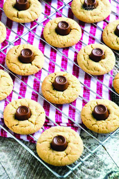 Rolo Peanut Butter Blossom Cookies Recipe ~ Soft Chewy Peanut Butter Blossoms with a Rolo in the Middle! Quick, Easy Christmas Cookie Perfect for the Holidays! Gluten Free Cookie Recipes, Delicious Cookie Recipes, Peanut Butter Recipes, Gluten Free Cookies, Brownie Recipes, Rolo Cookies, Yummy Cookies, Chocolate Chip Cookies, Cookies Soft