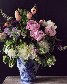 "525 tykkäystä, 55 kommenttia - Natasja Sadi (@cakeatelieramsterdam) Instagramissa: ""Happy sunday from my home to yours. Peonies, lupines, sweet pea and tulips. White peonies up for…"""