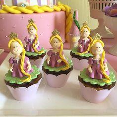 """Festa Rapunzel para a princesa Mariane <span class=""""emoji emoji1f49c""""></span><span class=""""emoji emoji1f478""""></span><span class=""""emoji emoji1f49c""""></span>! Doce: Cupcakes Decoração linda @tuttibellorafaelacampanati ..."""