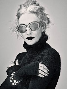 Linda Rodin, so cool! Rodin, Trop Top, Harper's Bazaar, Ray Ban Sunglasses Sale, Advanced Style, Ageless Beauty, Karen Walker, Silver Hair, Models