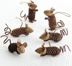 Winter Pinecone Friends, Mice eclectic holiday decorations. Ratones navideños con piñas y nueces.