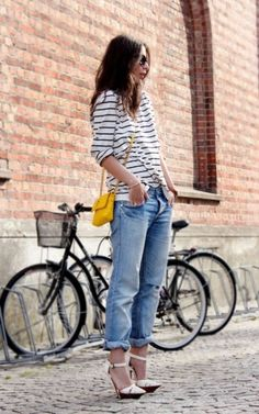 Stripey tee, boyfriend jeans, high heels and a pop of yellow equals casual chic! Stripes in street style. Boyfriend Jeans, Boyfriend Style, Mom Jeans, Outfit Jeans, Denim Outfits, Looks Style, Style Me, Estilo Jeans, Look Fashion