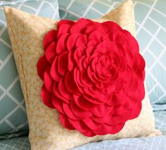 diy flower pillow tutorial Different color flower for me. Felt Crafts, Fabric Crafts, Sewing Crafts, Sewing Projects, Diy Crafts, Diy Projects, Sewing Diy, Handmade Crafts, Tutorial Sewing