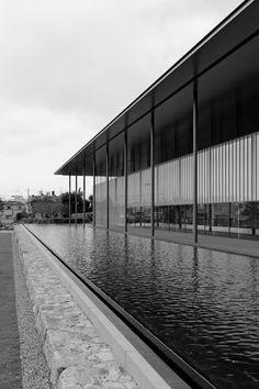 Kyoto National Museum Heiseichishin-kan/Yoshio Taniguchi | ARUKITEKUTO Japan Architecture, Commercial Architecture, Architecture Details, Walter Gropius, Japanese Interior, Cool Pools, National Museum, Water Features, Kyoto