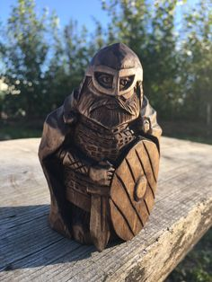 Dremel Wood Carving, Wood Carving Art, Woodworking Inspiration, Cool Woodworking Projects, Wooden Statues, Wooden Art, Whittling Projects, Chip Carving, Small Wood Projects