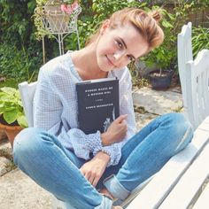We're obviously obsessed with Emma Watson's feminist book club, and she's just picked another book! So far Hermione, I mean, Emma has been sharing book Style Emma Watson, Emma Watson Estilo, Emma Watson Casual, Emma Watson Fashion, Emma Watson Outfits, Emma Watson Hair, Emma Watson Makeup, Carrie Brownstein, Elle Magazine