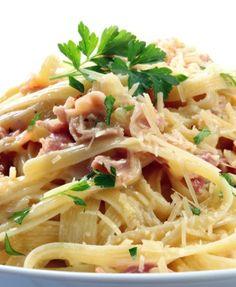Deliciosa pasta clásica italiana servida con una salsa cremosa de mantequilla, crema y queso parmesano. En este caso se le añade jamón pero es opcional.