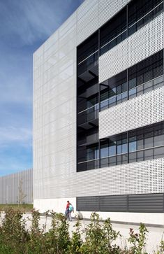 Plataforma Tecnológica UPV Martina Casiano Arquitectos Arquiplan Doble piel de Chapa perforada para muro cortina con sistema R70ST