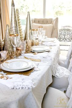 Elegant Gold Christmas Table Scape - tips to set an elegant Christmas table for your family - mercury glass Christmas tree centerpiece Silver Christmas Decorations, Christmas Table Centerpieces, Tree Centerpieces, Christmas Tablescapes, Glass Christmas Tree, Christmas Dining Table, Christmas Table Settings, Holiday Tables, Thanksgiving Table