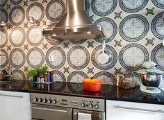 In plaats van een saaie spatwand een spetterende tegel. Interior Styling, Interior Decorating, Interior Design, Small Display Cases, New Kitchen Cabinets, Nice Kitchen, Kitchen Ideas, Drawer Lights, Kitchen Ornaments
