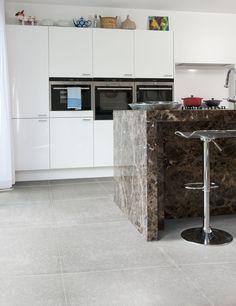 De kans is groot dat je kurkvloer langer meegaat dan je keukentoestellen. #kurk #vloer #keuken