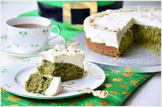 Eine atemberaubende Farbe, die aus etwas ganz Natürlichem entstanden ist. Das macht diesen Kuchen nicht nur grün, sondern verleiht ihm auch eine außergewöhnliche und aromatische Geschmacksrichtung.