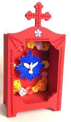 Pequeno oratório em madeira, na cor vermelha, com espírito santo em resina. Aplicação de mini pérolas vermelhas, cristais e flores em cetim coloridas. Oratório com vidro.