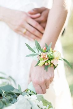 Eine moderne Folklore Hochzeit | Ein Armband aus Blumen {am Handgelenk} passend zur #Bauernhochzeit #Scheunenhochzeit