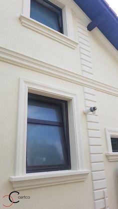 Ancadramente ferestre cu solbanc personalizate din polistiren CoArtCo Exterior Window Molding, Window Molding Trim, Moldings And Trim, Single Floor House Design, Duplex House Design, House Front Design, Classic House Exterior, Exterior House Siding, Bungalow House Plans