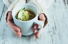Natural Remedies For Chest Congestion Human hands holding cup of tea with thyme herb and Home Remedies For Bronchitis, Thyme Herb, Detox Cleanse For Weight Loss, Healthy Tips, Healthy Recipes, Inflammatory Foods, Best Tea, Gut Health, Weight Gain