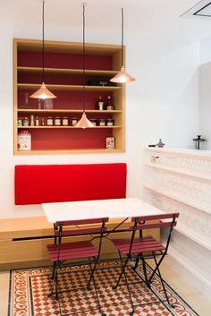 """Une cuisine moderne dans l'esprit """"bistrot"""", imaginée par l'Atelier FB. Carreaux de ciment au sol Bahya. www.bahya-deco.com"""
