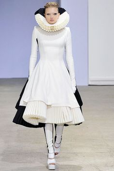 13. Gareth Pugh Spring 2009 Ready-to-Wear Collection wears a modern rendition of a neck ruff worn in Northen Europe in the 1500's.