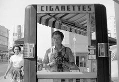 A fotógrafa Vivian Maier é uma daquelas personalidades intrigantes, cujo trabalho foi ignorado em vida. Por muito tempo ela trabalhou como babá, embora andasse sempre acompanhada de sua câmera Rolleiflex. Durante seus passeios, Vivian registrava a vida em Chicago, onde vivia, secretamente e aproveitava para tirar muitas selfies usando reflexos de vitrines, espelhos e até mesmo sua sombra. O trabalho da artista só passou a ser conhecido em 2009, ano de sua morte, quando o agente…