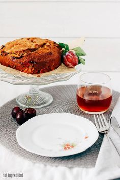 Havermout cake met pruimen en kersen -  Deze lekkere cake is voedzaam door de havermout en het volkorenmeel en daardoor ideaal als ontbijttaart! Of neem hem mee naar school / werk. Door de zoete pruimen en kersen zit er weinig suiker in en de cake is lekker smeuïg door de appelmoes!   #cake #pruimen #kersen #havermout
