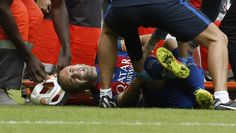 El centrocampista del FC Barcelona Andrés Iniesta, tras sufrir una lesión durante el partido frente al Valencia.