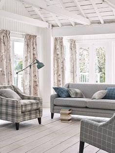 Die Farbe Grau und Blau harmoniert bekanntlich sehr gut. Auch die Farbe Beige passt sichtlich gut dazu. Fotocredits: ROMO Wingback Chair, Modern, Accent Chairs, Lounge, Cottage, Couch, Beige, Furniture, Living Rooms